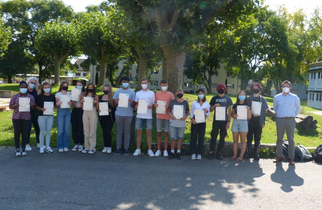 """Schülerinnen und Schüler der MRS mit ihrem Zertifikat """"English for Business - Reading and Writing"""""""